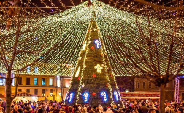 """Din 1 decembrie 2017, Piața Cetății din Alba Iulia se transformă din nou în """"Parcul sărbătorilor de iarnă"""""""
